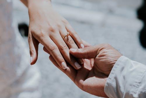 结婚以后发现老公经常出轨小三,他会受到法律的惩罚吗